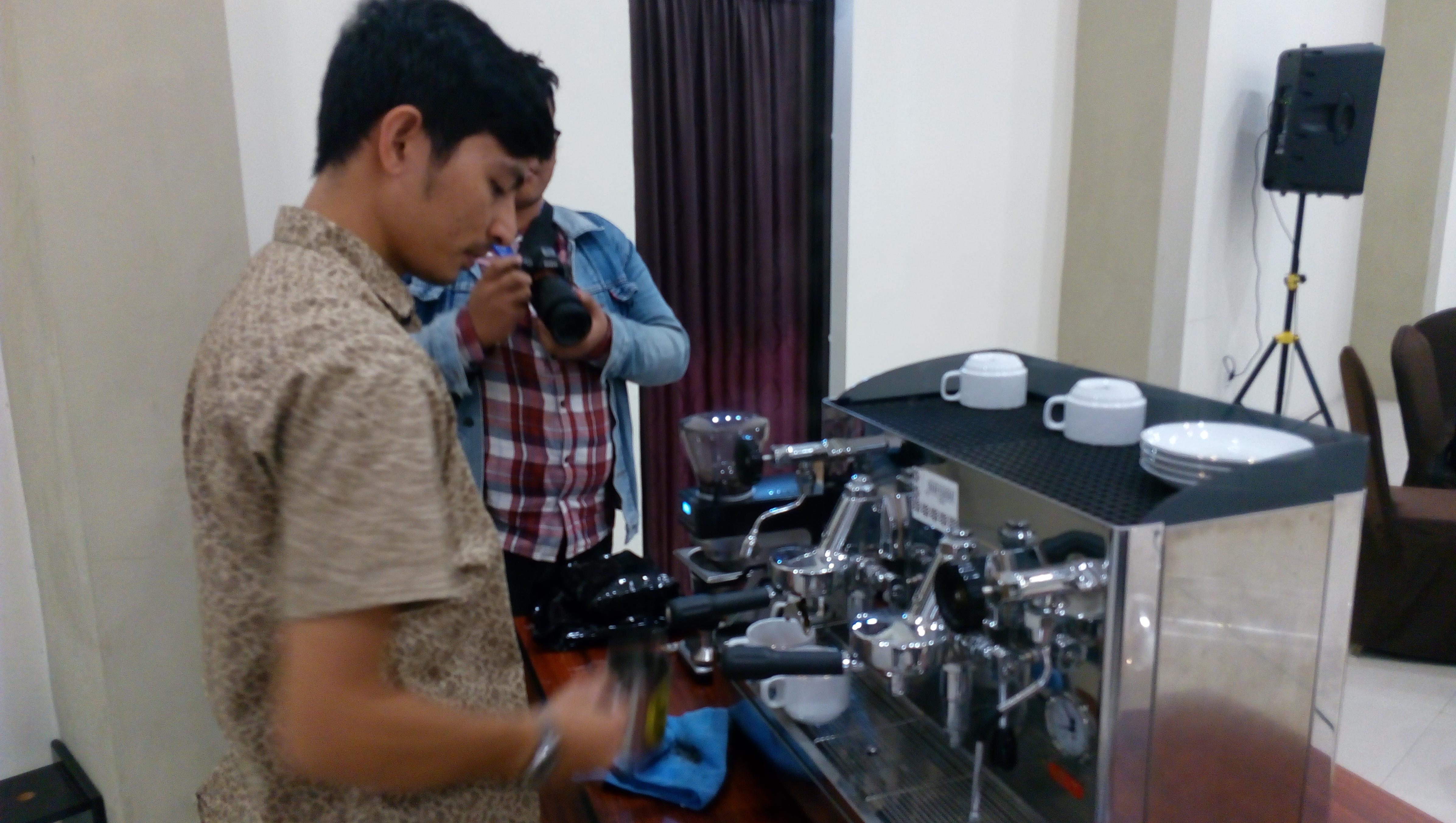 Perkembangan kedai kopi yang semakin tumbuh pesat, menunjukkan jika saat ini minum kopi di kafe telah menjadi gaya hidup