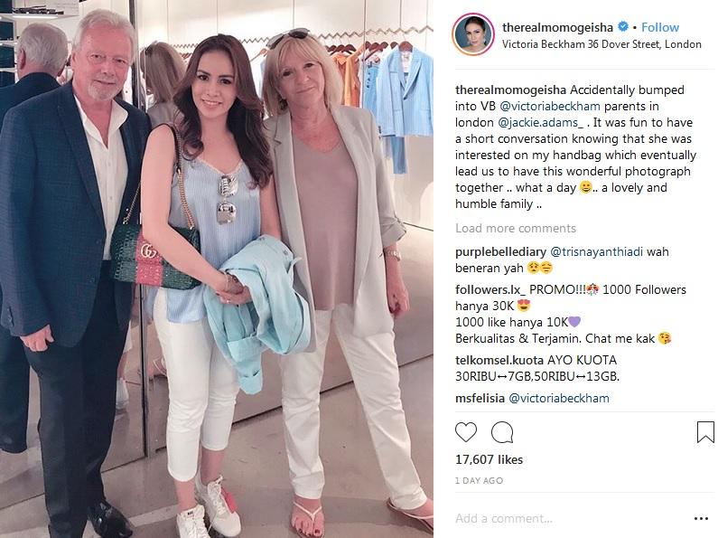 Momo bersama mertua David Beckham