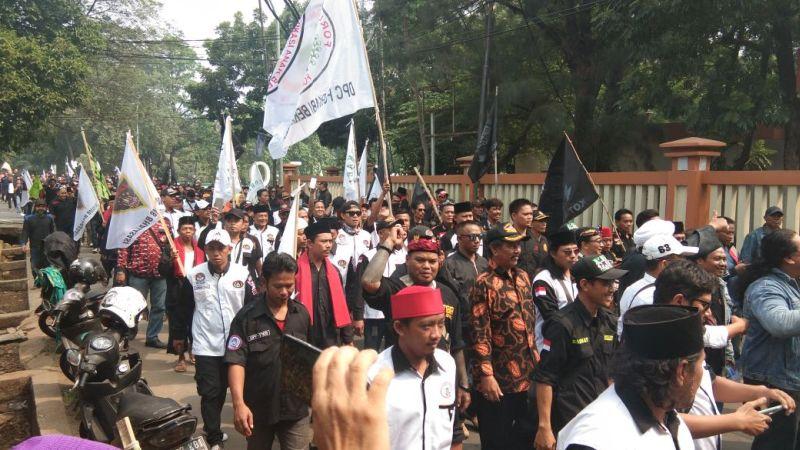 Demo di Depan Kantor Pemkot Bekasi (foto: Djamhari/Okezone)
