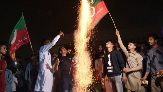 Pendukung Imran Khan sudah merayakan kemenangan (AFP)
