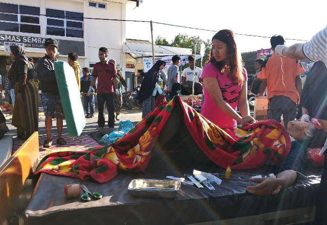 Korban gempa Lombok tengah dievakuasi (Foto: Antara)