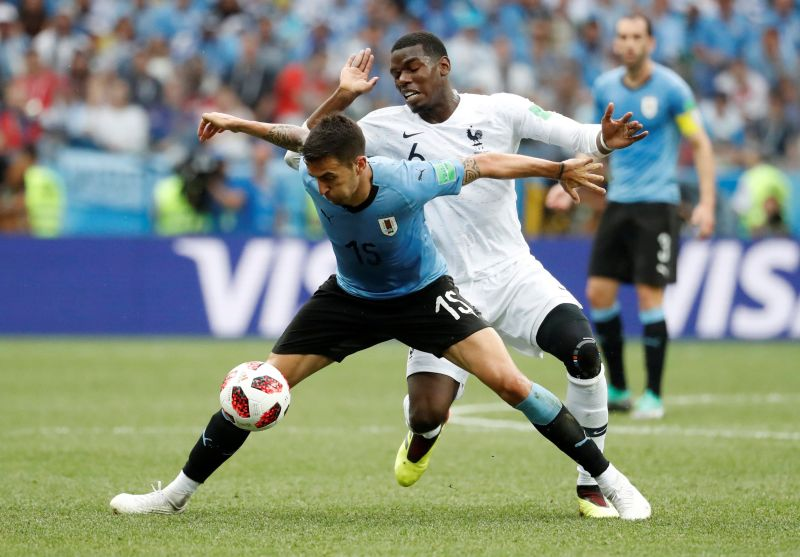 Matias Vecino vs Paul Pogba (Foto: Reuters)