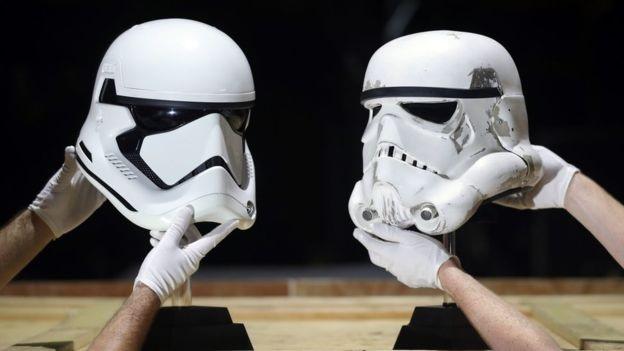 Dua helm Stormtroopers yang akan dilelang