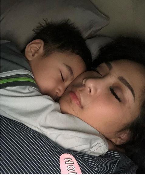 Nagita Slavina dan Raffatar saat tengah tidur