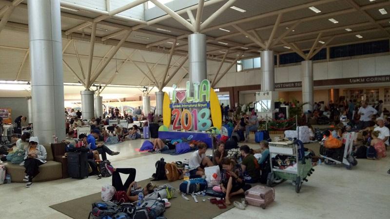 Wisatawan asing masih menunggu penerbangan di Bandara Lombok (Foto: Puteranegara Batubara/Okezone)