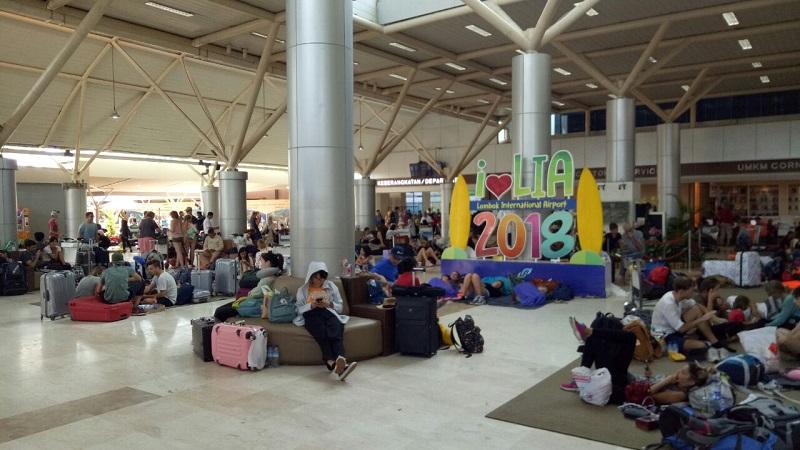 Wisatawan asing masih menunggu penerbangan di Bandara Lombok, pasca gempa 7,0 SR. (Foto: Puteranegara Batubara/Okezone)