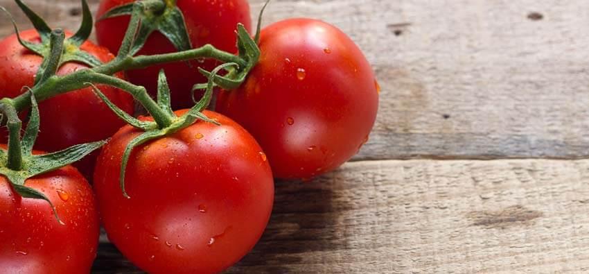 Tomat mengandung senyawa yang disebut lycopene yang membantu melindungi kulit dari sinar UV yang berbahaya