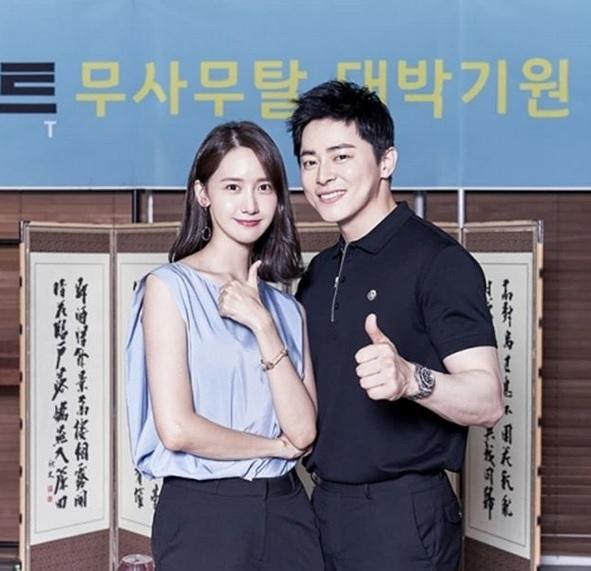 Yoona dan Jo Jung Suk di film Exit