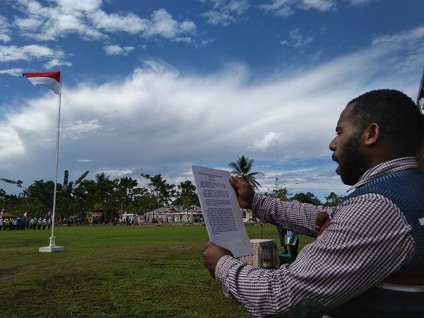 Teus Tabuni, pemuda asal Distrik Manem, Kabupaten Keerom, membacakan naskah UUD 1945 (Foto: Edy Siswanto/Okezone)