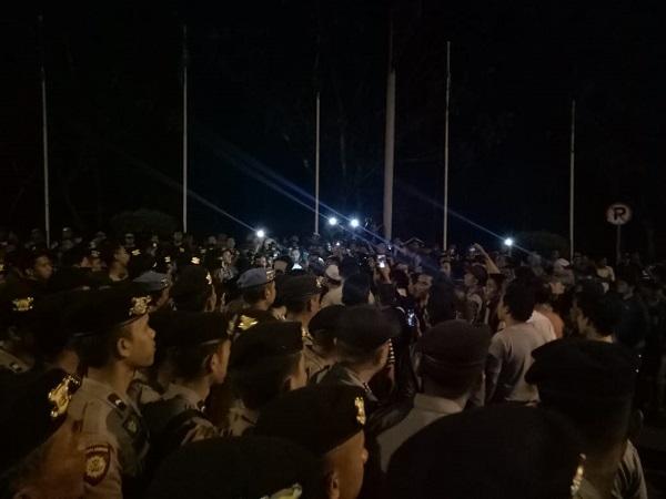 Massa tolak kedatangan Neno Warisman terkait Deklarasi #2019gantipresiden di Riau. (Foto: Banda Haruddin/Okezone)