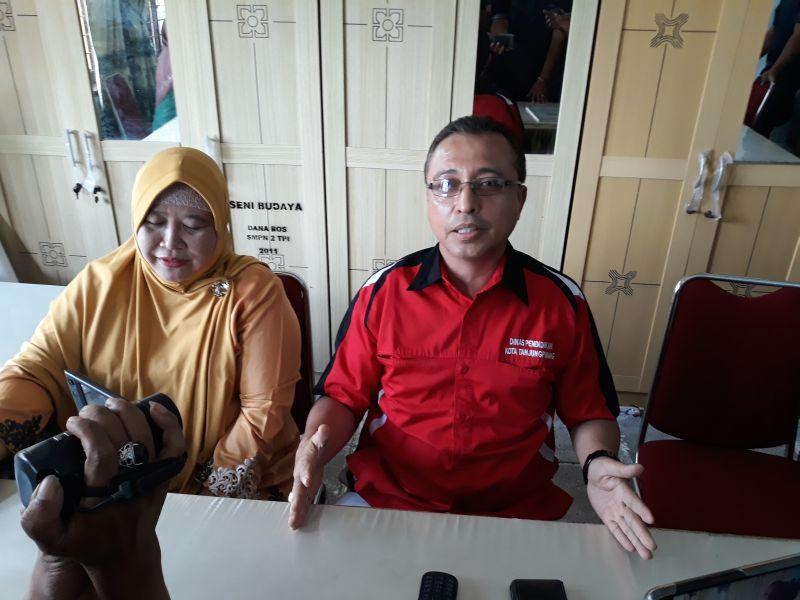 Kepala Disdik Tanjungpinang Huzaifa Dadang Abdul Gani dan Kepala SMPN 2 Tanjungpinang Hariyana saat memberikan keterangan resmi (foto: M Bunga Ashab/SINDO)