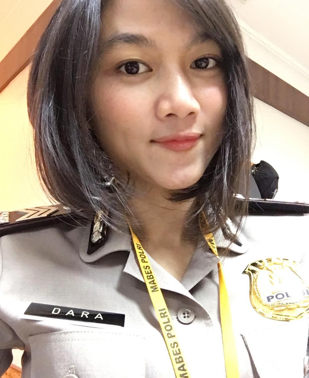 Foto Briptu Dara Intan dalam seragam polisi