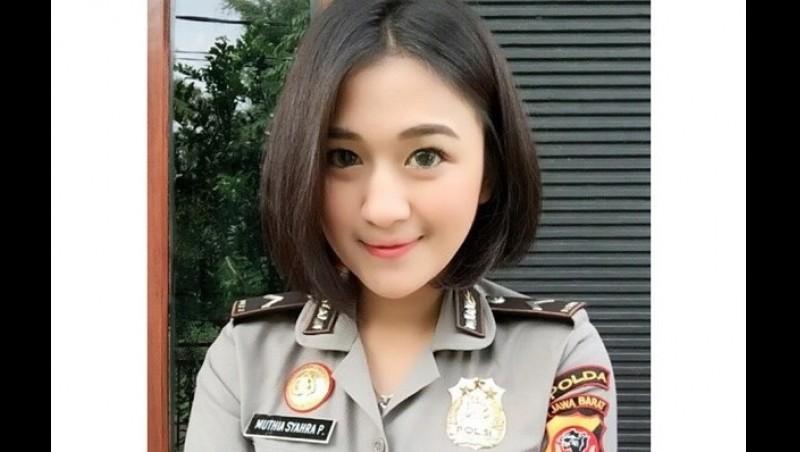Bripda Mutia trlihat cantik dalam seragam polisi