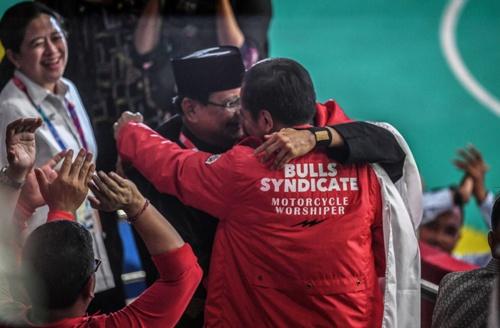 Presiden Jokowi memeluk Prabowo dan atlet pencak silat Hanifan Yudani Kusumah