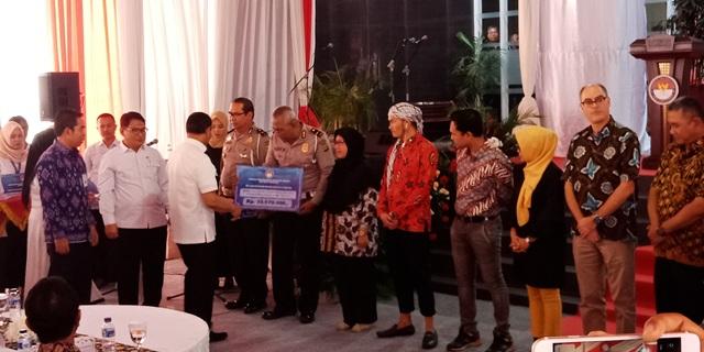 Penyerahan dana kompensasi korban terorisme. (Foto: Muhamad Rizky/Okezone)