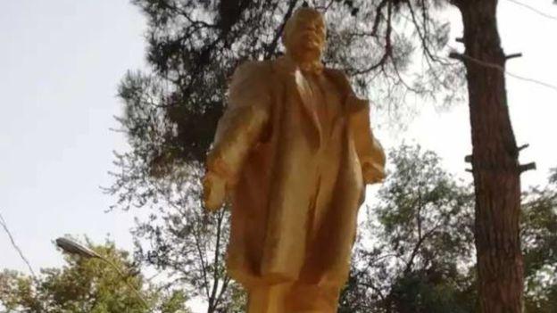 Patung Lenin bersepuh emas mengulurkan tangan barunya menyambut publik di Shahritus, Tajikistan, 2018. (Foto: Radio Ozodi)