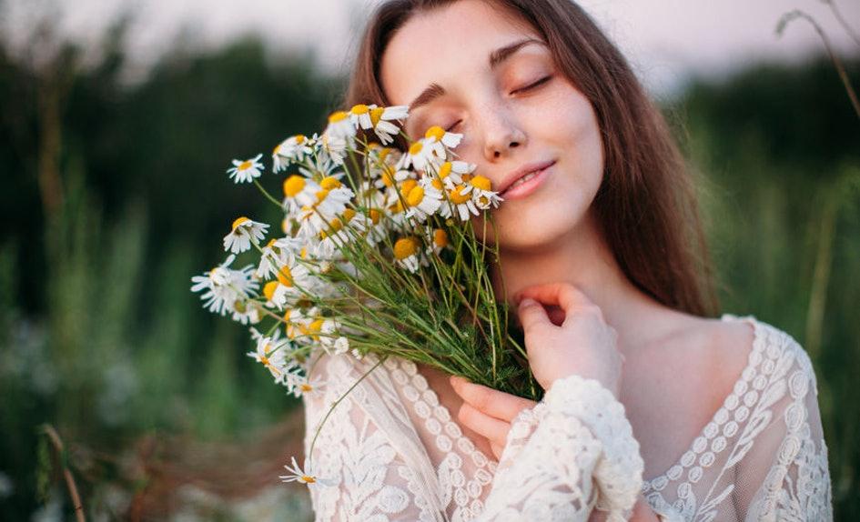 perempuan bawa bunga