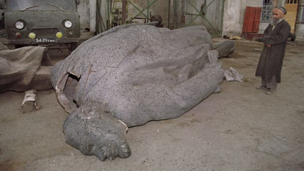 Runtuhnya Uni Soviet membuat berbagai patung raksasa juga dirubuhkan, sebagaimana menimpa patung Lenin di Dushanbe, Tajikistan, pada 1991. (Foto: Dimitri Borko/AFP/Getty Images)
