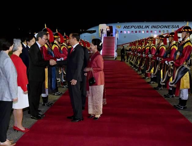 Presiden Jokowi dan Ibu Negara Iriana tiba di Korea Selatan. (Foto: Laily Rachev/Okezone)