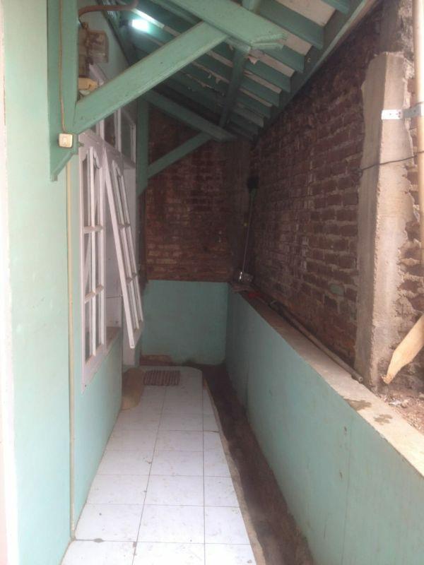 Rumah di Bandung Tertutup Tembok Tetangganya (foto: Ist)