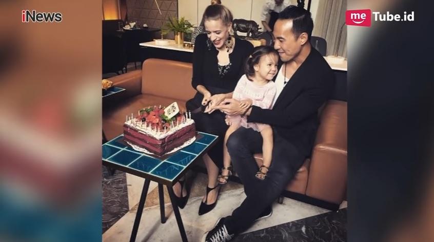 Daniel Mananta bersama anak dan istri