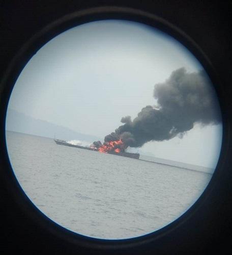 KRI Rencong terbakar dan tenggelam di perairan Pulau Senapan, Kota Sorong, Papua Barat1 (Foto: Chanry Andrew Suripatty)