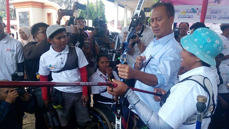 Mensos Agus Gumiwang mengunjungi atlet Asian Para Games 2018