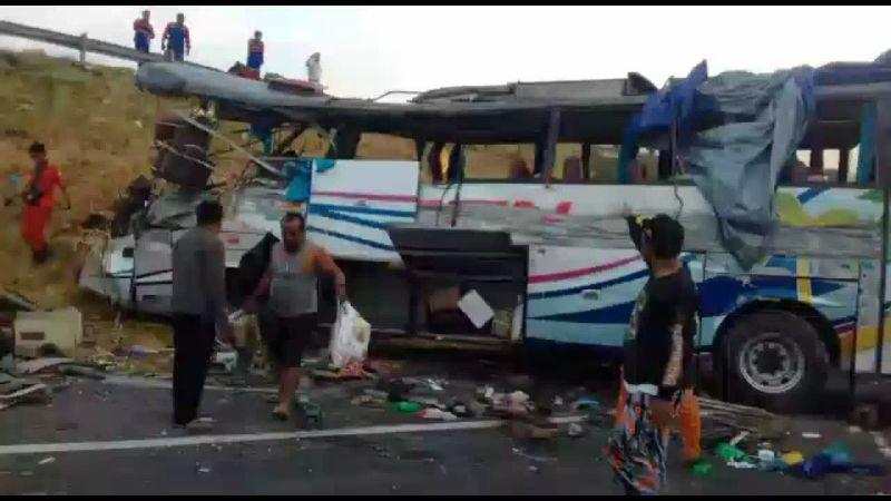 Kecelakaan Bus di Tol Kanci-Pejagan (foto: Toiskandar/iNews)