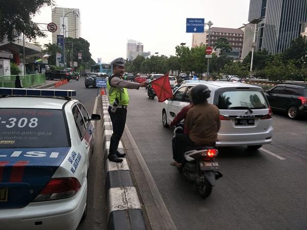 Lalu lintas di Jalan S Parman arah Tomang macet. (Foto : Twitter/@TMCPoldaMetro)