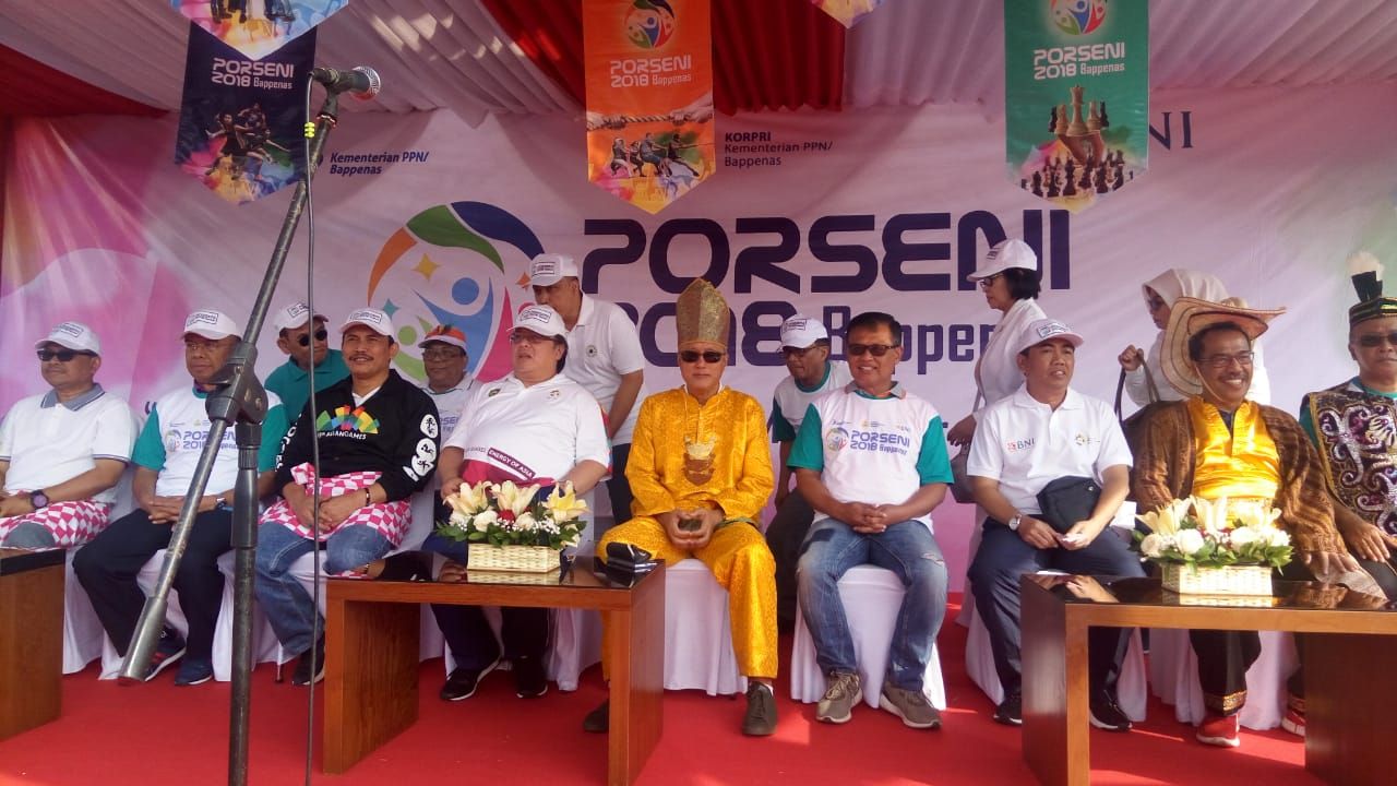 Gaya Menteri Bambang Main Badminton Bareng Candra Wijaya