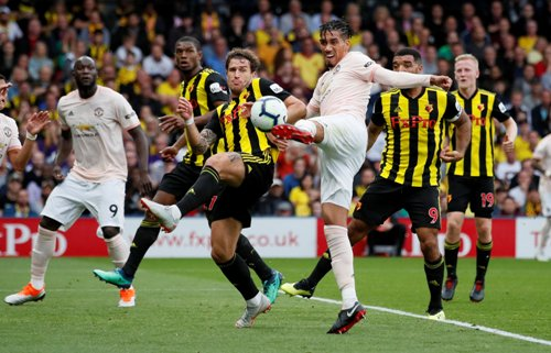 Tembakan voli Chris Smalling melebarkan keunggulan 2-0 untuk Man United