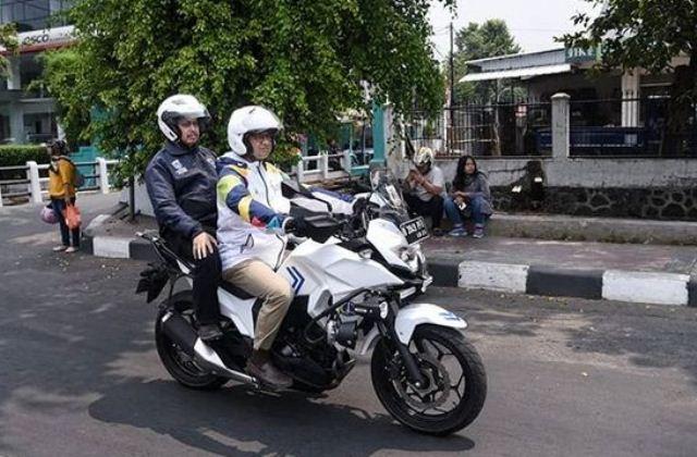 Anies lagi naik motor