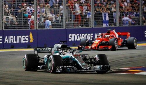 Lewis Hamilton mengungguli Sebastian Vettel
