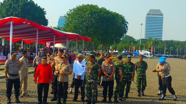 TNI dan Polri melaksanakan apel pengamanan Pilpres 2019 di Monas. (Foto: Fadel Prayoga/Okezone)