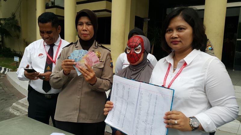 Terapis Pijat Bu Mamik Diamankan di Polrestabes Surabaya (foto: Syaiful I/Okezone)