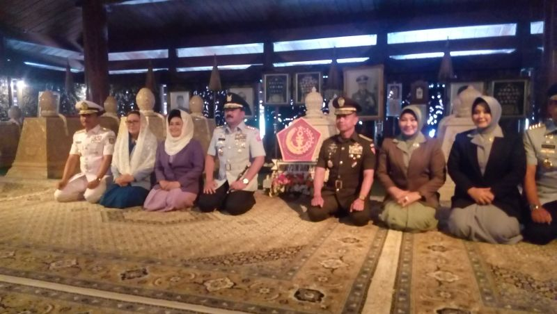 Panglima TNI Hadi Tjahjanto Bersama Sejumlah Jenderal Ziarah ke Makam Presiden Soeharto (foto: Bramantyo/Okezone)