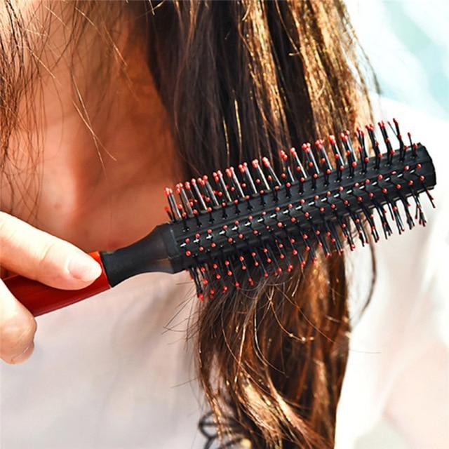 Banyak perempuan yang senang menggunakan sisir roll atau sikat rambut  ketika hendak mengeringkan rambut dengan hairdryer sehabis keramas. 6f86871f4e