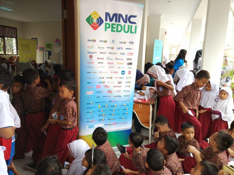 CSR MNCTV Bagi-Bagi Kacamata Gratis di SDN 02 Pondok Aren, Tangsel (foto: Hambali/Okezone)