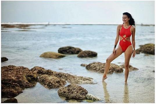 Outfit bikini yang dipakainya itu terlihat indah sekali. Rasanya melihat penampilan sang bintang iklan ini tak pernah bosan ya!