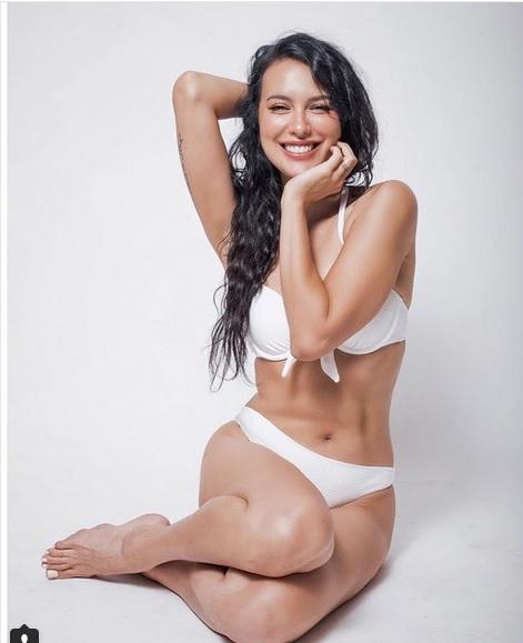 Sophia juga pernah pamer foto mengenakan bikini serba putih yang seksi banget.