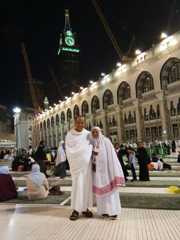 Jamaah Haji asal Binong, Sulastindani bersama Suami saat di Tanah Suci (foto: Anggun/Okezone)