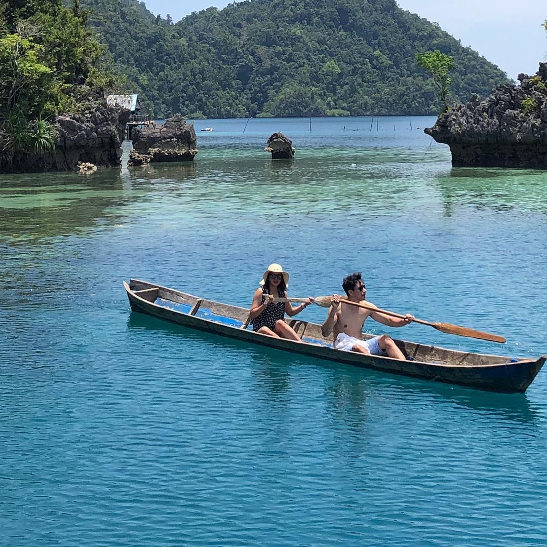 Darius dan Donna berkeliling menyusuri indahnya Pulau Sombori sambil mendayung perahu berdua