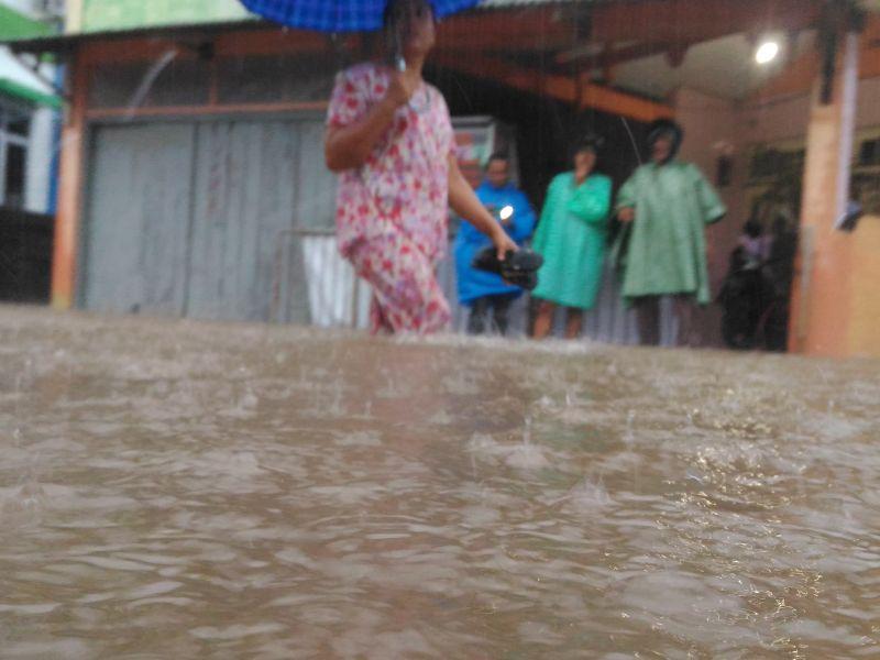 Banjir di Kawasan Jundul Rawang, Kota Padang, Sumbar (foto: Rus Akbar/Okezone)