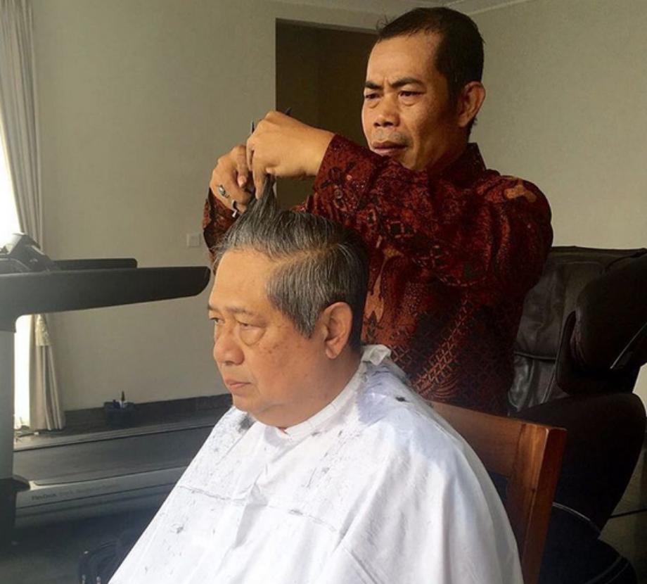 Tangan-Tangan Tukang Cukur Ini Dipercaya Memotong Rambut Para ... 0716aba4c9