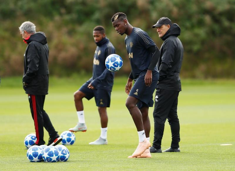 Jose Mourinho dan Paul Pogba (Foto: Reuters)