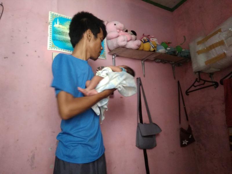 Sempat Terpisah Orangtua di Tangerang Akhirnya Kembali Memeluk Sang Anak (foto: Anggun/Okezone)