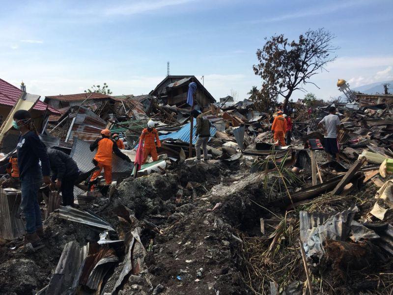 Tim Basarnas Evakuasi Korban Gempa dan Tsunami di Balaroa, Palu, Sulteng (foto: Herman/Okezone)