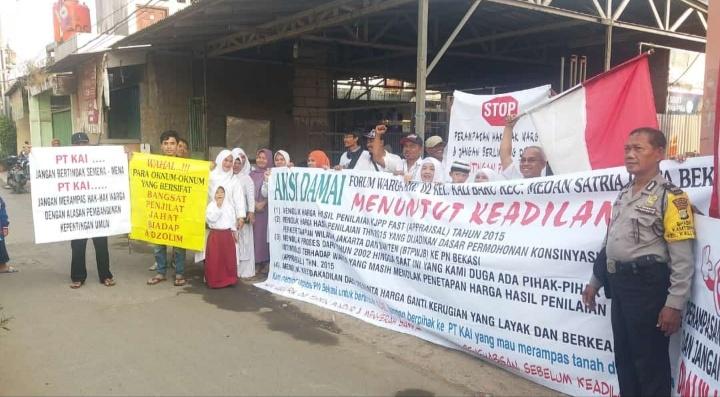 Warga demo tolak nilai ganti rugi proyek kereta cepat di Bekasi