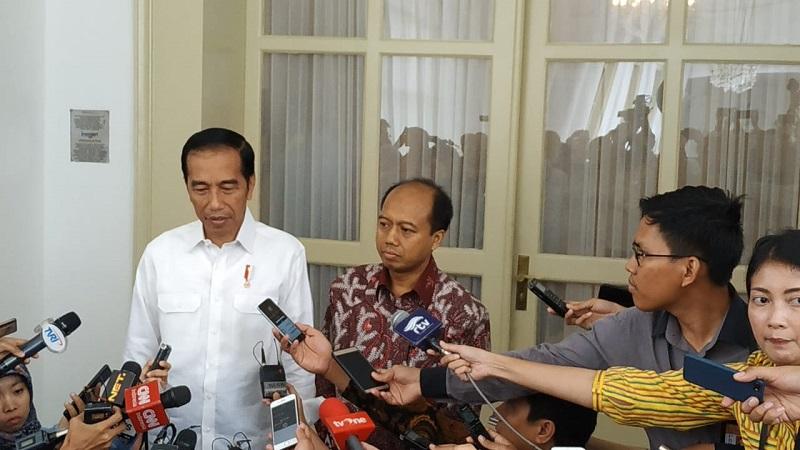 Presiden Jokowi dan Sutopo Purwo Nugroho. (Foto: Fakhrizal Fakhri/Okezone)
