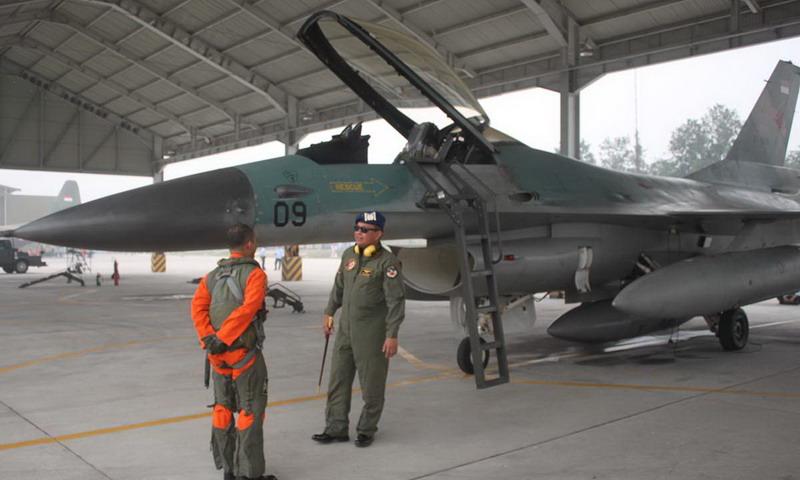 Pesawat F 16 di Pekanbaru. (Foto : Banda Haruddin Tanjung/Okezone)